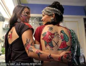 Young people create temporary tattoos on his body to the enormous variety of