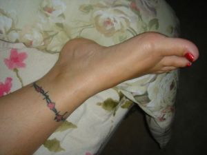 Ankle bracelet of hearts tattoo idea.